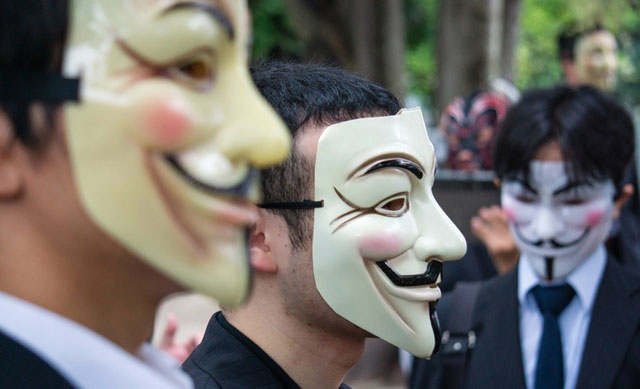 Twitter: violato l'account di Anonymous