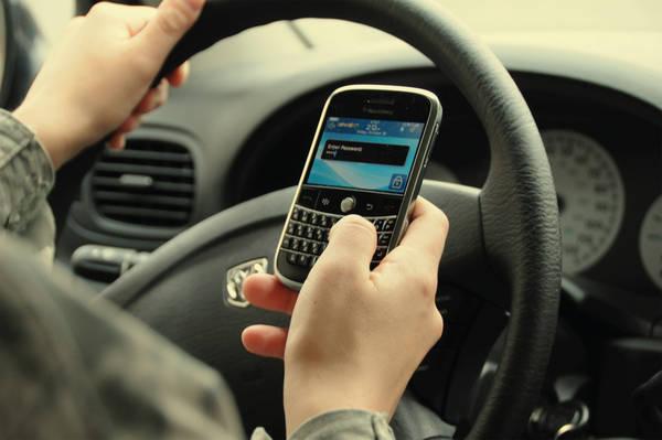 Vietare i cellulari alla guida non riduce gli incidenti