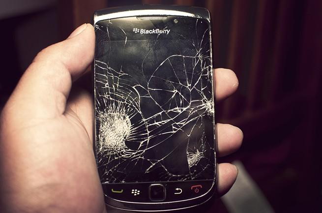 Smartphone rotto da Rihanna venduto a 66000 dollari