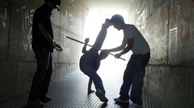 Bulli le picchiano il figlio, madre mette foto su Facebook