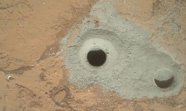 Curiosity perfora la sua prima roccia