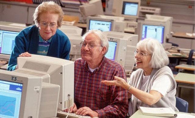 A 80 anni si finge giovane su Facebook