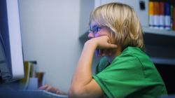 Giovani davanti al pc o alla tv: troppe ore non fanno bene