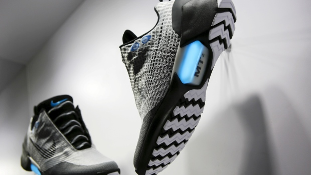 Nike lancia le scarpe con i lacci automatici